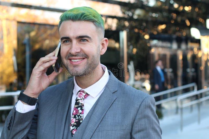 Ostry biznesmen dzwoni telefonem z bardzo zirytowanym spojrzeniem zdjęcia royalty free