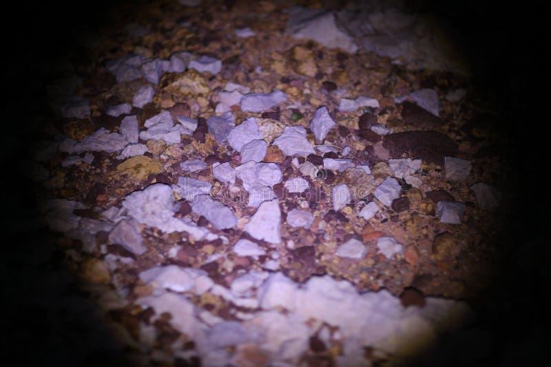 Ostry brąz i szarzy skaliści kamienie pod blask księżyca fotografia stock