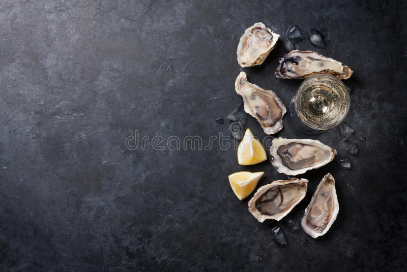 Ostrygi z cytryną i białym winem obraz royalty free