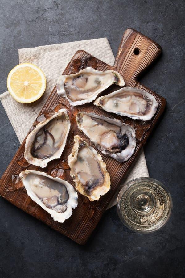 Ostrygi z cytryną i białym winem fotografia royalty free