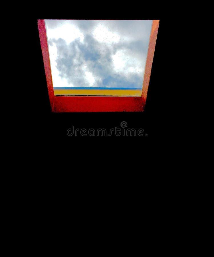 Ostrzący skylight przyglądający za chmurnym popołudniu na zdjęcie stock