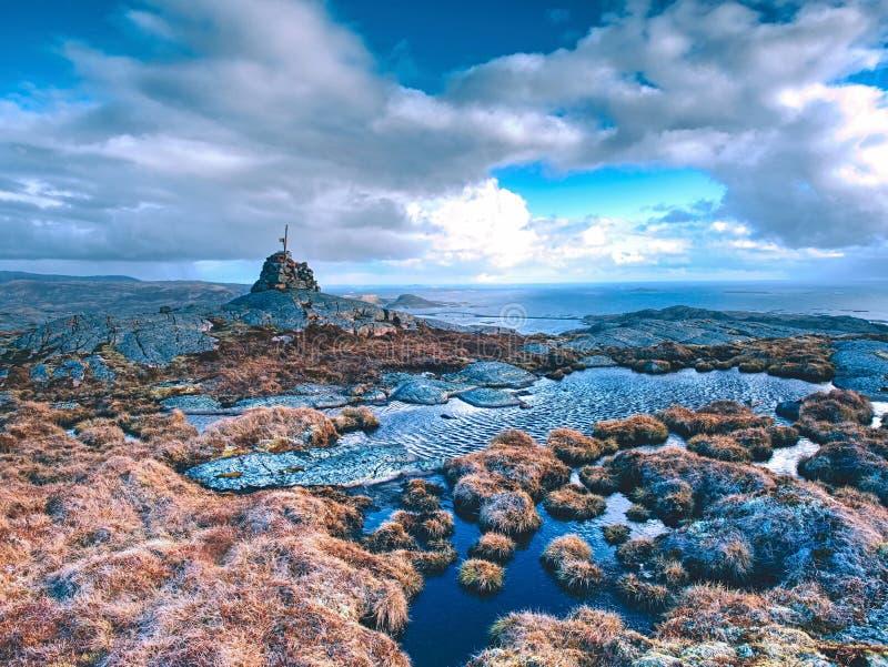 Ostrze kamienie brogujący przy śladem biegają blisko do halnego szczytu Ciężka otoczak sterta zdjęcia royalty free