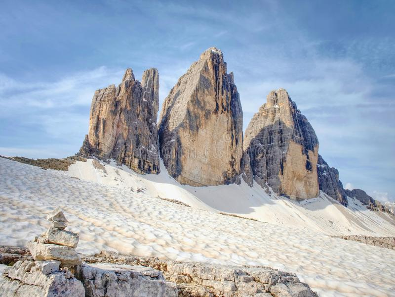 Ostrze kamienie brogujący w ostrosłup Halna grań w Włoskich Alps zdjęcie royalty free