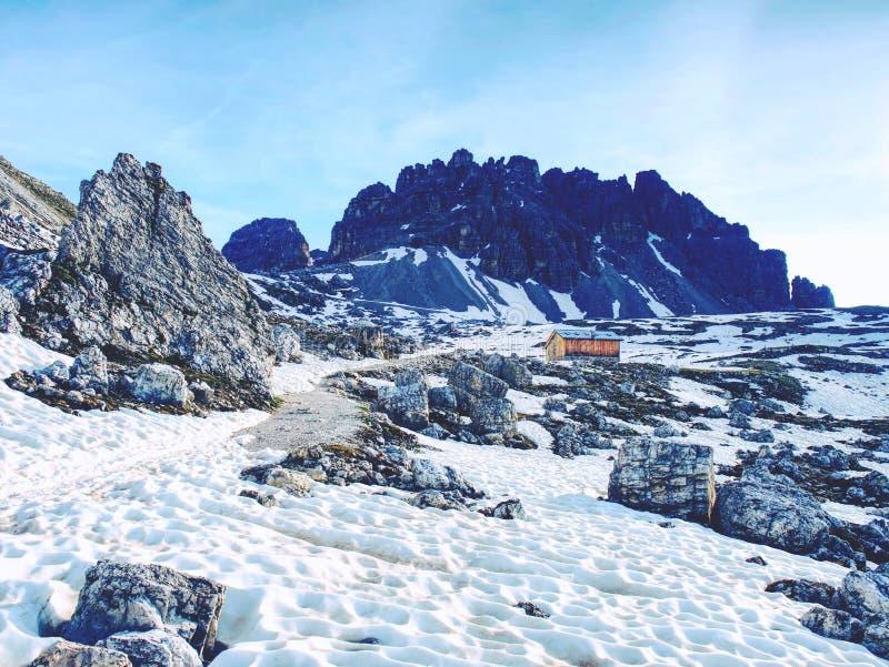 Ostrze kamienie brogujący w ostrosłup Halna grań w Włoskich Alps zdjęcia royalty free