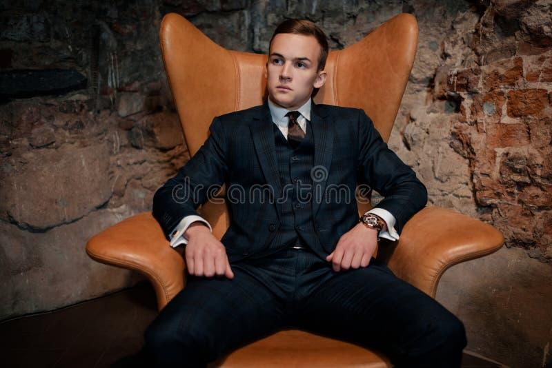 Ostrze ubierający dandy w krześle obrazy royalty free