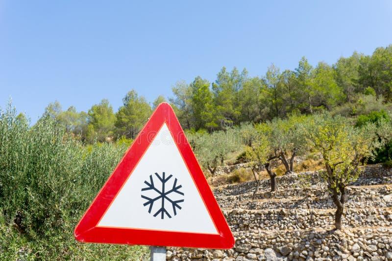 Ostrzegawczy drogowy znak, zimno, śnieg, ostrożność Hiszpania zdjęcie royalty free
