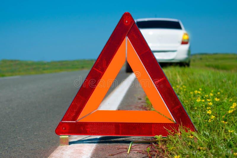 Ostrzegawczy tr?jbok Samochodowa awaria na wiejskiej drodze Wadliwe działanie samochód zdjęcie royalty free