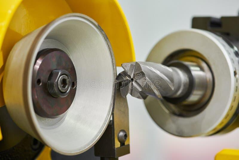 Ostrzenie błyskawiczna stalownia na automatycznej CNC szlifierskiej maszynie obraz stock