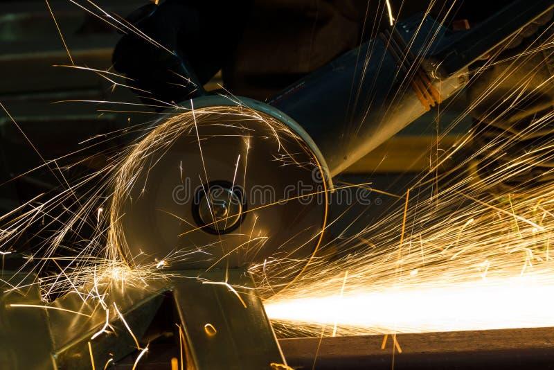 Ostrzenie i rozcięcie żelazo ściernym dyskiem zdjęcia stock