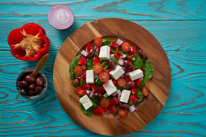 Ostsallad med tomater spenat och oliv royaltyfri fotografi