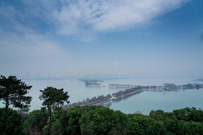 Ostsee mit blauem Himmel in Wuhan-Stadt, Porzellan stockbild