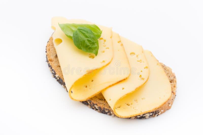 Ostskivor på bröd Vit bakgrund royaltyfri foto
