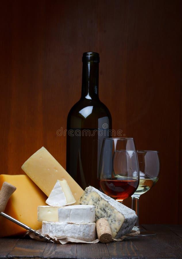 Ostsortiment och rött vin arkivbild