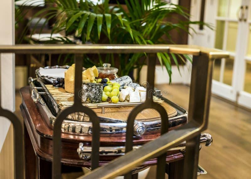 Ostspårvagn med nya frukter och hemlagad chutney royaltyfria foton