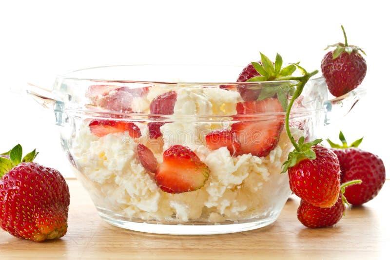 oststugan mjölkar jordgubbar sött arkivfoto