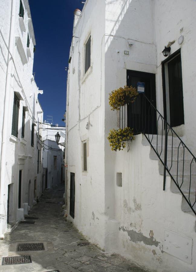 Ostuni, Puglia, Włochy: Aleja w starym miasteczku zdjęcie stock