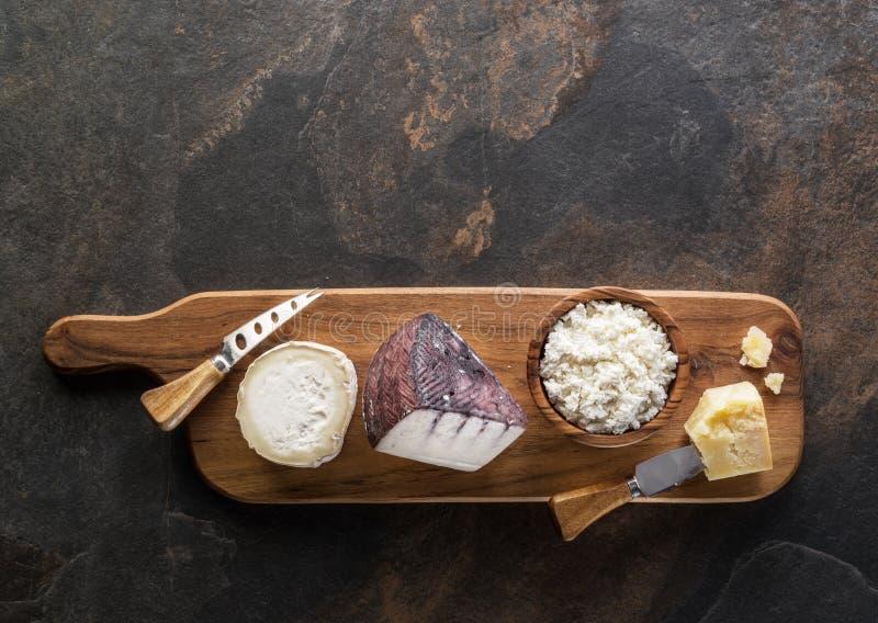 Ostuppläggningsfat med olika hemlagade organiska ostar på stenbakgrund Top beskådar royaltyfri foto