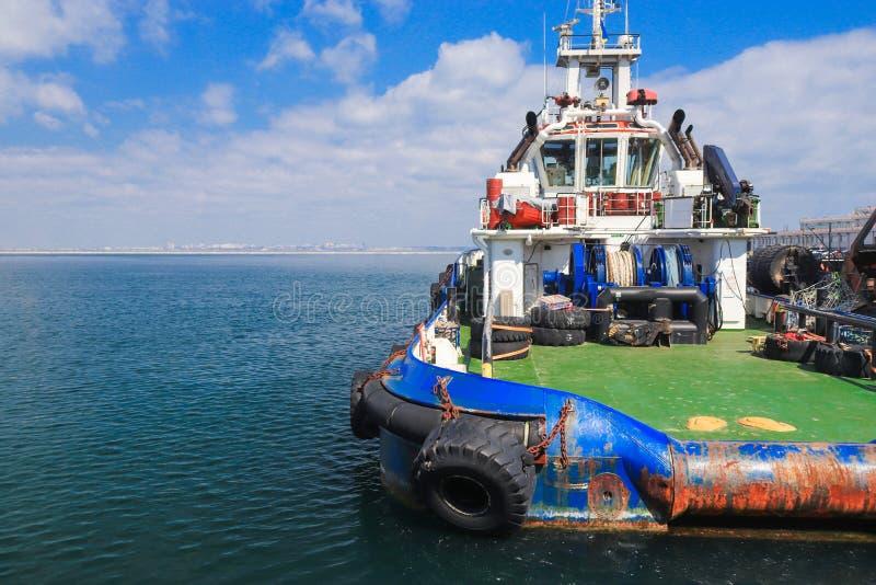 OSV-boot, de zeedietribune van het leveringsschip in haven wordt vastgelegd stock foto's