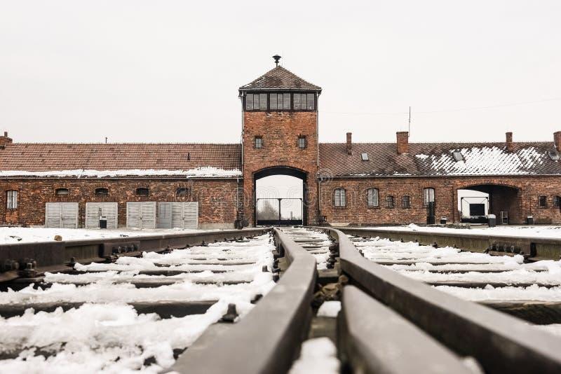 Oswiecim/Polônia - 02 15 2018: Entrada do trilho ao campo de concentração em Auschwitz Birkenau Ponto da chegada do trem imagens de stock royalty free
