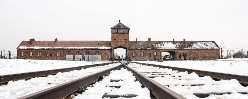 Oswiecim/Polônia - 02 15 2018: Entrada do trilho ao campo de concentração em Auschwitz Birkenau Ponto da chegada do trem fotos de stock