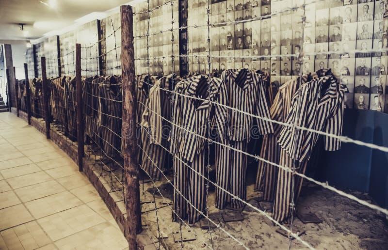 Oswiecim/Polen - 02 15 2018: Kläder för fånge` s med band arkivfoto