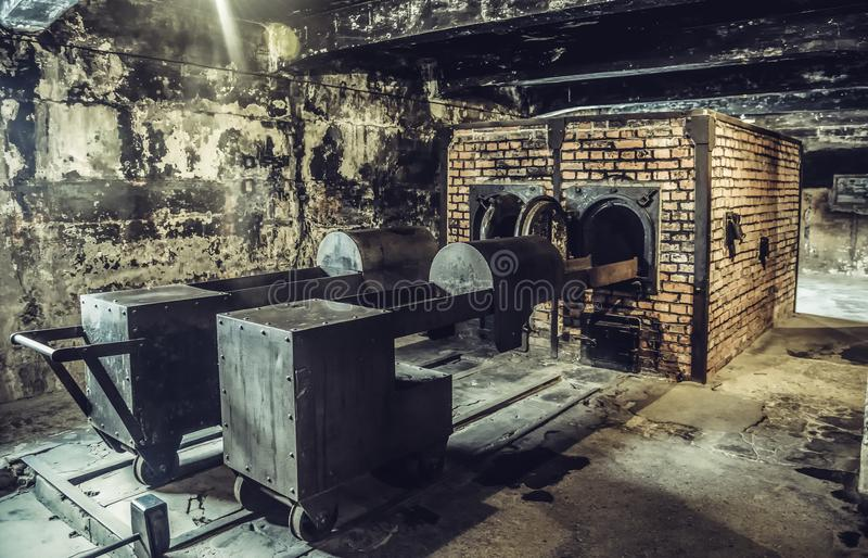 Oswiecim, Polska/- 02 15 2018: Crematorium kuchenka w ciemnej piwnicie w Auschwitz muzeum fotografia stock