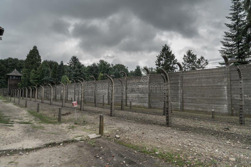 Oswiecim, Sierpień 23nd 2017: barbed ogrodzenia przy pierwszy Auschwitz zdjęcia stock