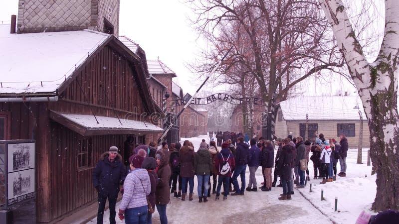 OSWIENCIM, la POLOGNE - JANVIER, 14, visite guidée par 2017 près de l'entrée vers Auschwitz Birkenau, concentration nazie alleman photo libre de droits