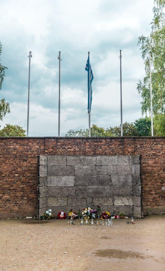 Oswiencim Polen - September 21, 2019: Vägg var prisionersna utfördes efter ett försök på nazistkoncentrationen royaltyfri fotografi