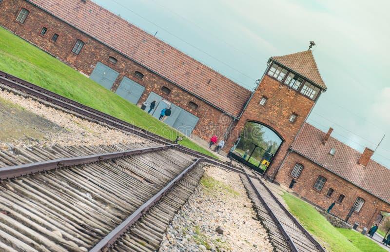 Oswiencim, Pologne - 21 septembre 2019 : Mener ferroviaire à l'entrée principale du camp de concentration d'Auschwitz Birkenau photos stock