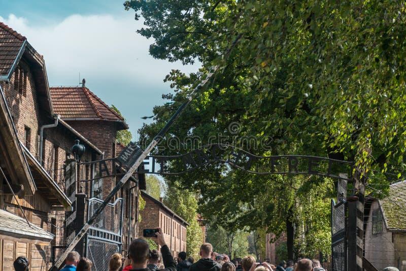 Oswiencim, Pologne - 21 septembre 2019 : Trought allant de touristes la porte du camp de concentration nazi d'Auschwitz image libre de droits