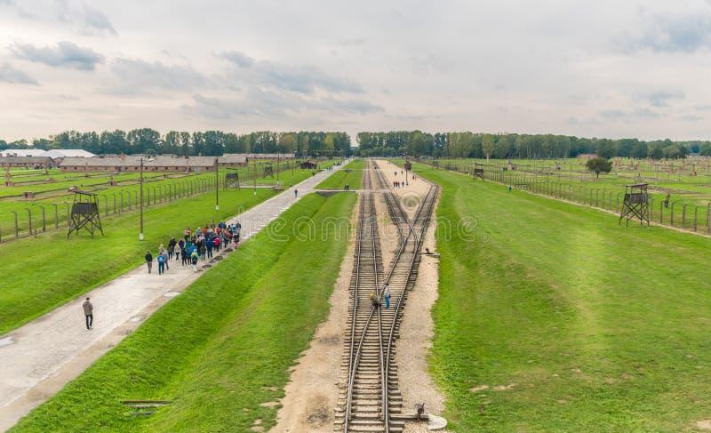 Oswiencim Polska, Wrzesień, - 21, 2019: Grupy turyści chodzą wzdłuż trenują linię dokąd furgony przyjeżdżali z obrazy royalty free