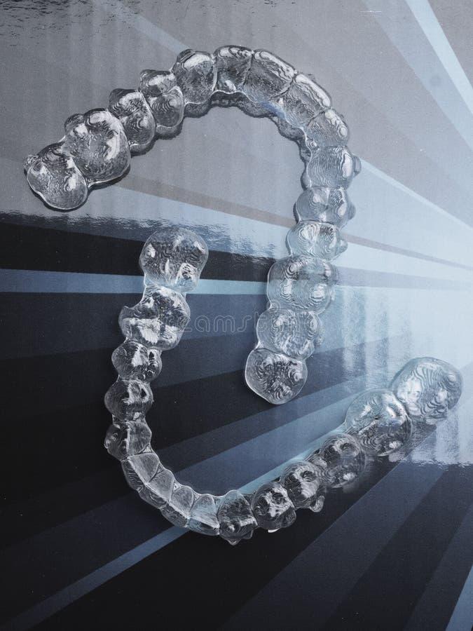 Osynliga tand- t?nder s?tter inom parantes h?llare f?r h?nglsen f?r tandtillr?ttarplast- f?r att r?ta ut t?nder Orthodontic tillf royaltyfri illustrationer