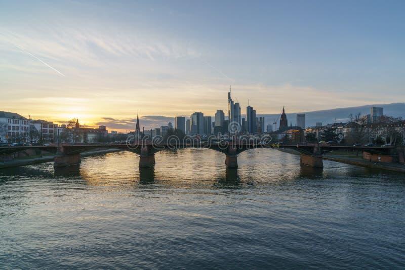 Oszałamiająco zmierzchu widok pieniężny linia horyzontu w Frankfurt fotografia stock