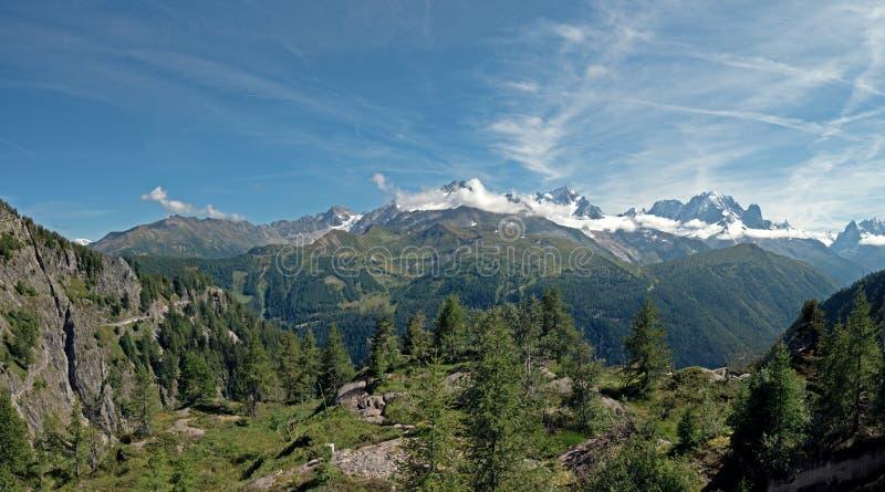 Oszałamiająco śnieg nakrywający szczyty Alpejska grań Mont Blanc Masywny zdjęcia royalty free