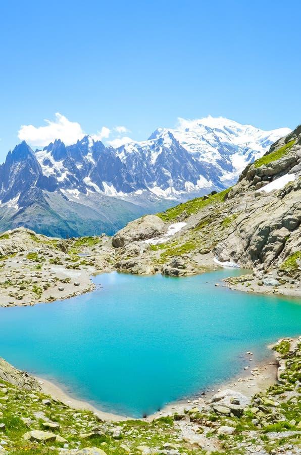 Oszałamiająco Alpejski krajobraz z turkusowym Jeziornym Blanc, Lac Blanc fotografujący na jasnym letnim dniu Góra Blanc i inna wy fotografia stock
