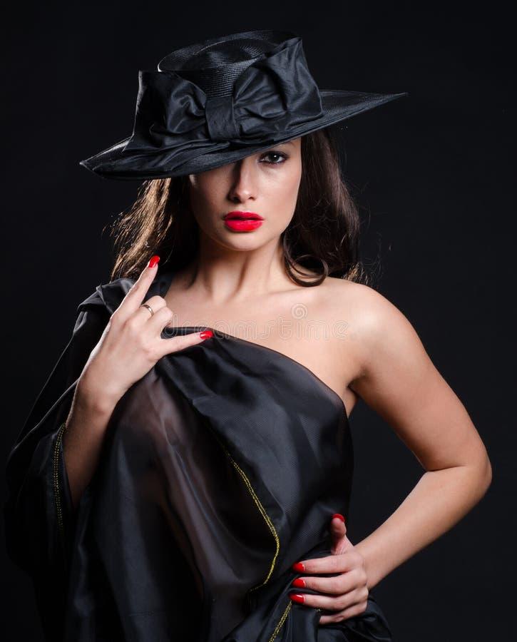 Oszałamiająco brunetka jest ubranym widzieć przez sukni zdjęcia royalty free