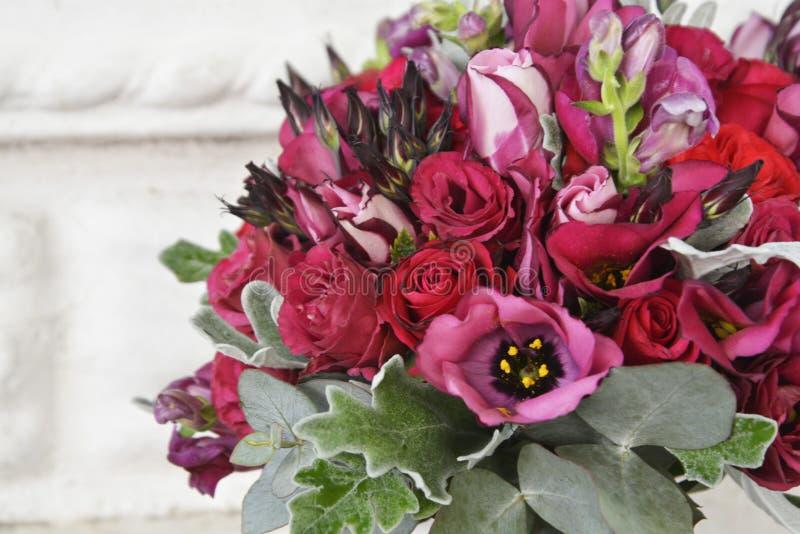 Oszałamiająco czerwony bridal bukiet panny m?odej ceremonii kwiatu ?lub fotografia stock