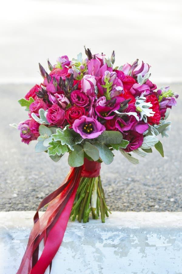 Oszałamiająco czerwony bridal bukiet panny m?odej ceremonii kwiatu ?lub zdjęcia stock