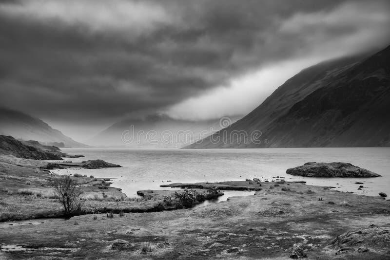 Oszałamiająco długi ujawnienie krajobrazu wizerunek Wast woda w UK Jeziornym okręgu podczas markotnego wiosna wieczór w czar obrazy royalty free