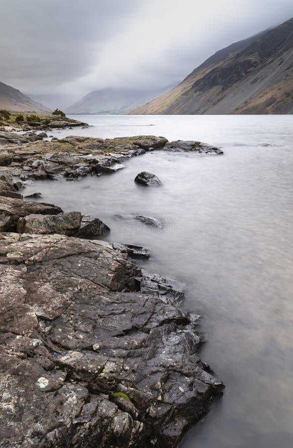 Oszałamiająco długi ujawnienie krajobrazu wizerunek Wast woda w UK Jeziornym okręgu podczas markotnego wiosna wieczór obraz stock