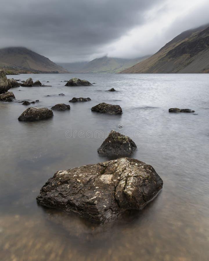 Oszałamiająco długi ujawnienie krajobrazu wizerunek Wast woda w UK Jeziornym okręgu podczas markotnego wiosna wieczór obrazy royalty free