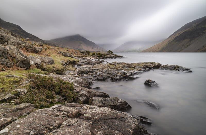 Oszałamiająco długi ujawnienie krajobrazu wizerunek Wast woda w UK Jeziornym okręgu podczas markotnego wiosna wieczór zdjęcia royalty free