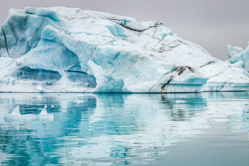 Oszałamiająco góry lodowa unosi się na błękitnym jeziorze, Iceland zdjęcie stock