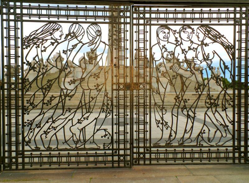 Oszałamiająco kobiet postacie na dokonanego żelaza bramie z Vigeland instalacją w tle, Frogner park, Oslo, Norwegia fotografia royalty free