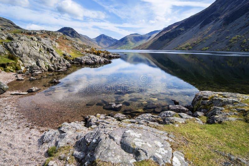 Oszałamiająco krajobraz Wast woda z odbiciami w spokojnym jeziorze w zdjęcie royalty free