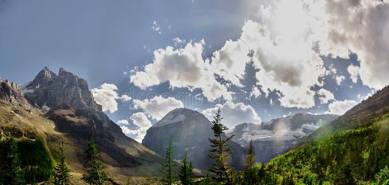 Oszałamiająco krajobraz wokoło Jeziornego Louise w Skalistych górach, Banff park narodowy, Alberta, Kanada fotografia stock