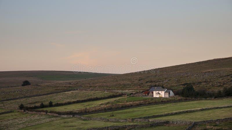 Oszałamiająco krajobrazowy wizerunek odosobniony dom wiejski na Dartmoor durin zdjęcia royalty free