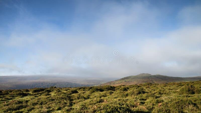 Oszałamiająco lansdcape widok przez Dartmoor podczas mglistego Jesiennego mo zdjęcia royalty free