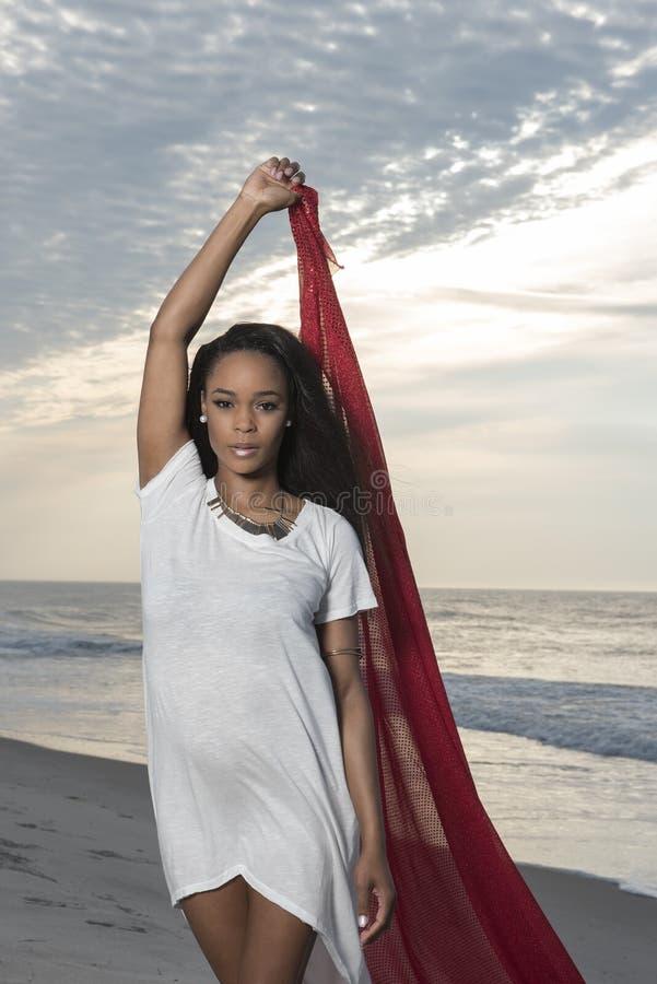 Oszałamiająco młoda afroamerykańska kobieta na plaży przy wschodem słońca fotografia stock